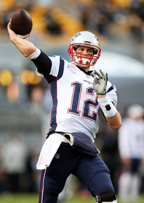 Tom Brady throwing football